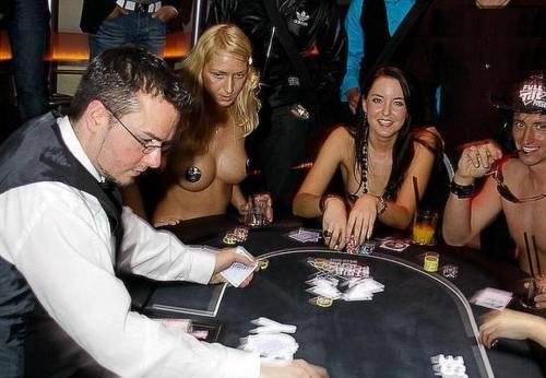 почти голые девушки за столом